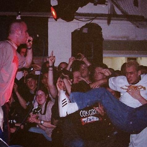 #throwback naar 9 maart 1996. bandje kijken op een #straightedge #hardcore festival in Geleen. band: Veilfoto: @lookingback_ographyeigen foto's: @twentylandcrew link: https://www.instagram.com/p/CJvHfsQAVKT/?igshid=p9ff40vwnqzr