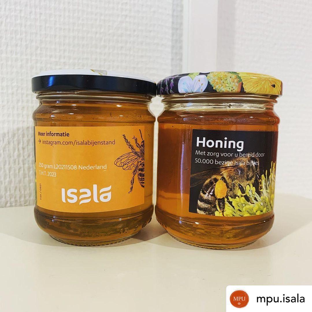@mpu.isala: Yes!  wij hebben twee (van de 100!) potjes honing van de Isala Bijtjes gescoord. Sinds maart 2020 staan er bijenkasten tussen Vlinder 1 & 2. Het geld wat opgehaald wordt door de verkoop van honing wordt gebruikt voor het onderhoud van de bijenkasten en het bijenvolk. We wandelen regelmatig met onze patiënten even langs de kasten om te kijken of de bijen hard aan het werk zijn. Bedankt @isalabijenstand ️ #bijen #isala #ziekenhuis #psychiatrie